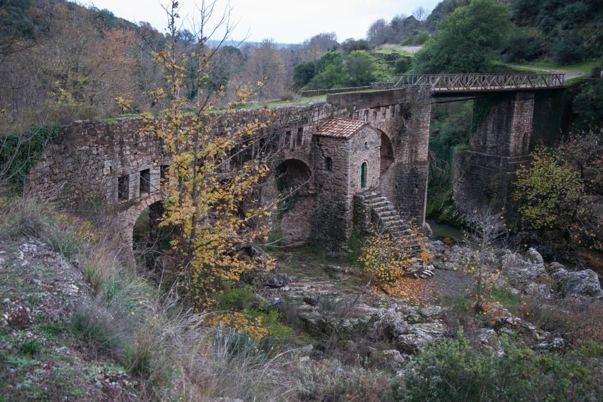 Η παλιά γέφυρα με το εκκλησάκι στην Καρύταινα, Πελοπόννησος