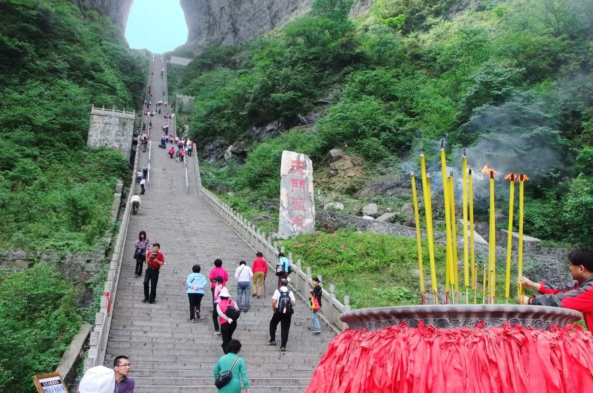 Tianmen Mountain, Κίνα, κόσμος ανεβαίνει την σκάλα
