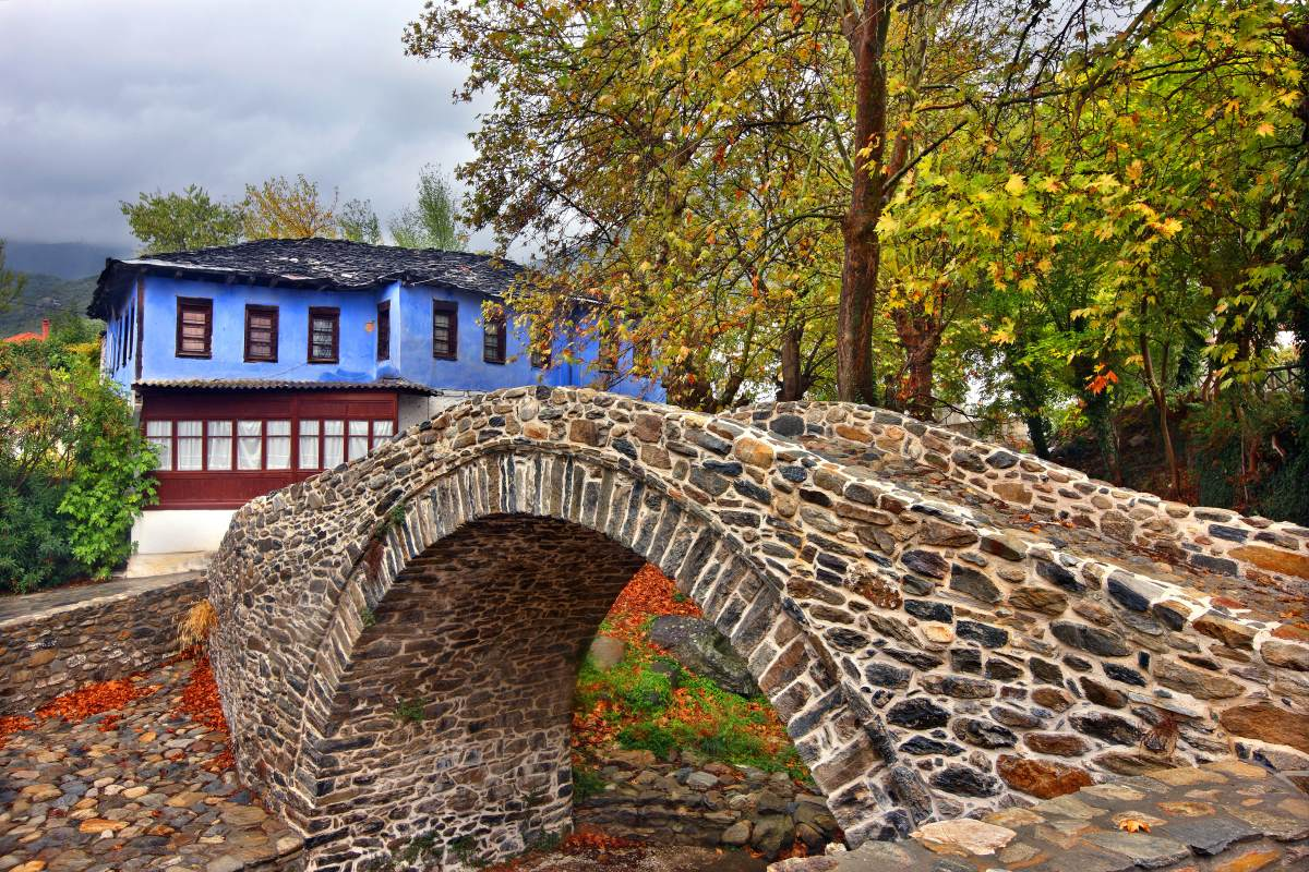 Παλιά πέτρινη τοξωτή γέφυρα στο χωριό Μουσθένη στην Καβάλα