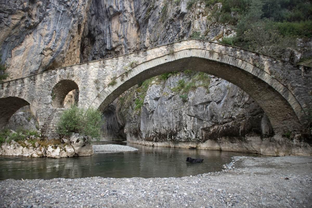 Η πέτρινη γέφυρα στην Πορτίτσα Γρεβενών, στο σημείο της εισόδου του υπέροχου φαραγγιού