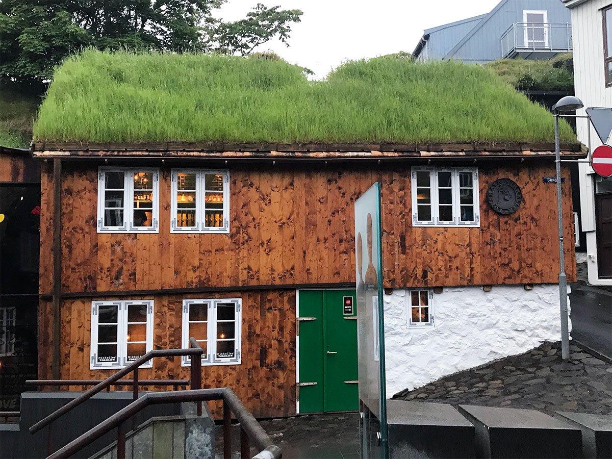 Torshavn κουκλόσπιτο με πολύχρωμα πράσινα σπίτια