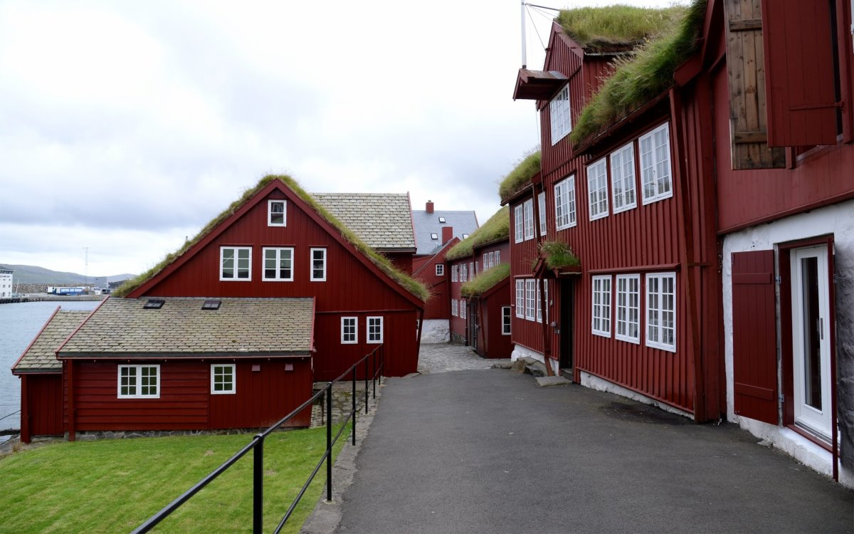 Σπίτια με χορταριασμένες στέγες νησιά Φερόε