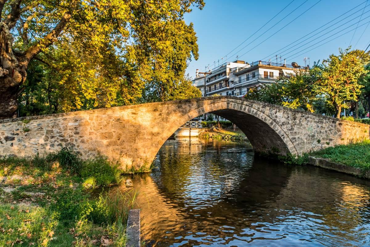 Η παραδοσιακή πέτρινη γέφυρα στο Κιούπρι στην Έδεσσα