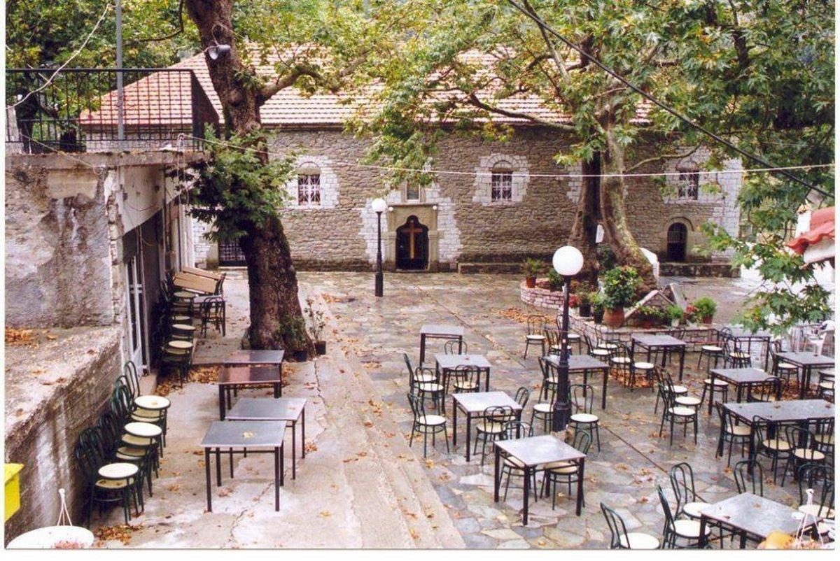 Άμπλιανη Ευρυτανία πλατεία με εκκλησία