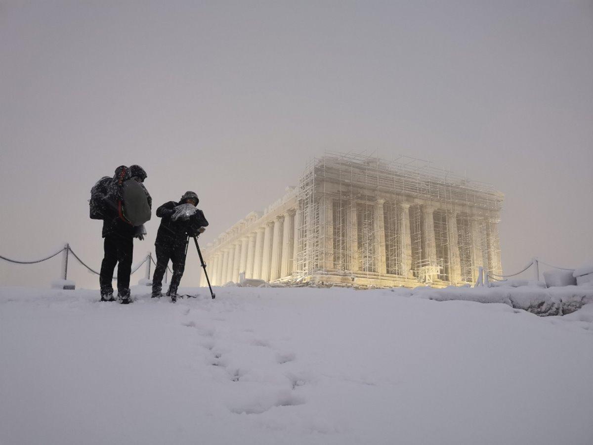 Σπάνια φωτογραφία της χιονισμένης Ακρόπολης! Η επιβλητική ομορφιά του μνημείου εν μέσω κακοκαιρίας...