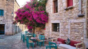 Αρεόπολη: Ταξίδι στο καμάρι της Μάνης… με τα πλακόστρωτα σοκάκια, τα πέτρινα σπίτια και τους πύργους- Δείτε και ένα ξενώνα με βαθμολογία άριστα 10!