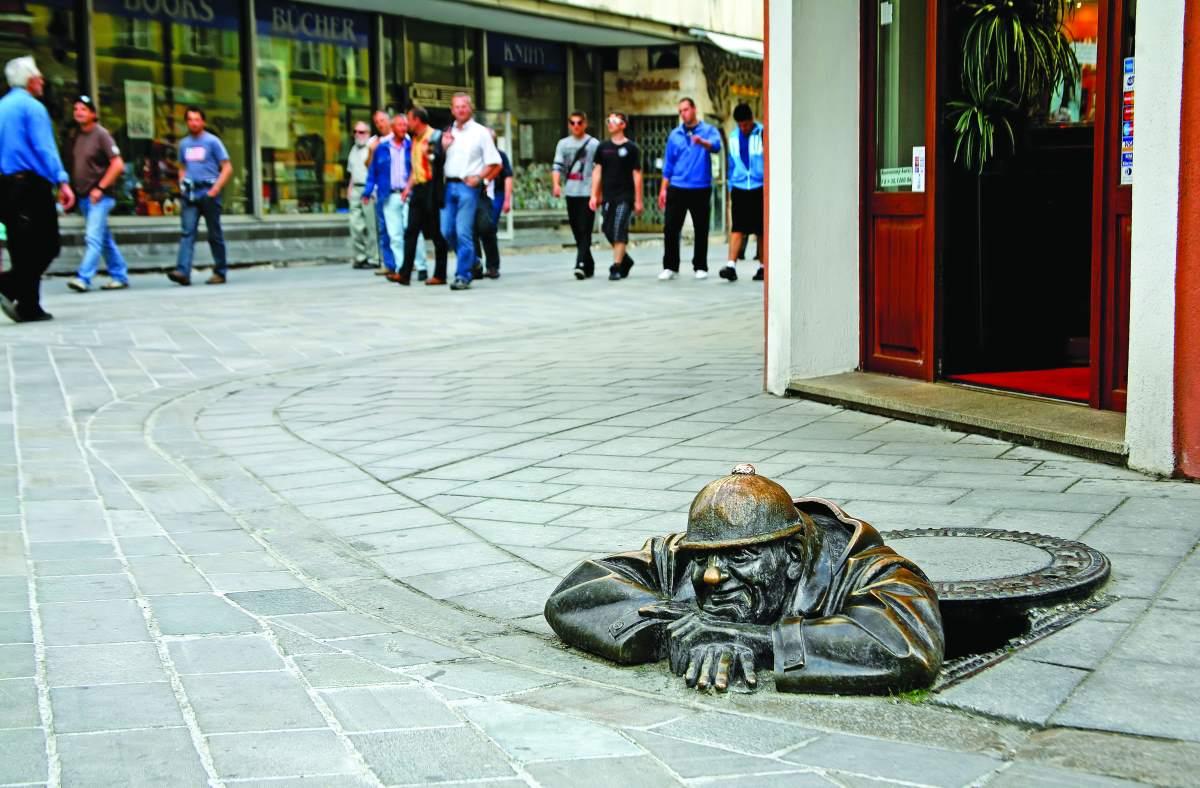 Το άγαλμα του άντρα που εργάζεται, του καλλιτέχνη Viktor Hulic, Μπρατισλάβα