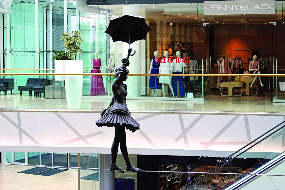 Άγαλμα του Άγγλου καλλιτέχνη Colin Spofforth σε κεντρικό εμπορικό κέντρο