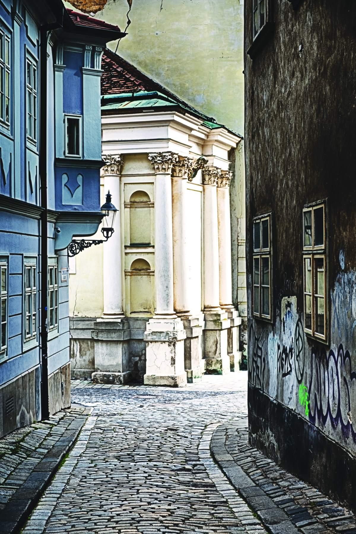 Aτμοσφαιρικό πλακόστρωτο σοκάκι στην Παλιά Πόλη της Μπρατισλάβα