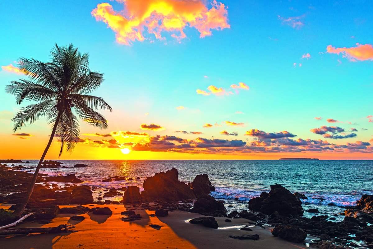 Μπροστά στον Ειρηνικό ωκεανό με φόντο το ηλιοβασίλεμα