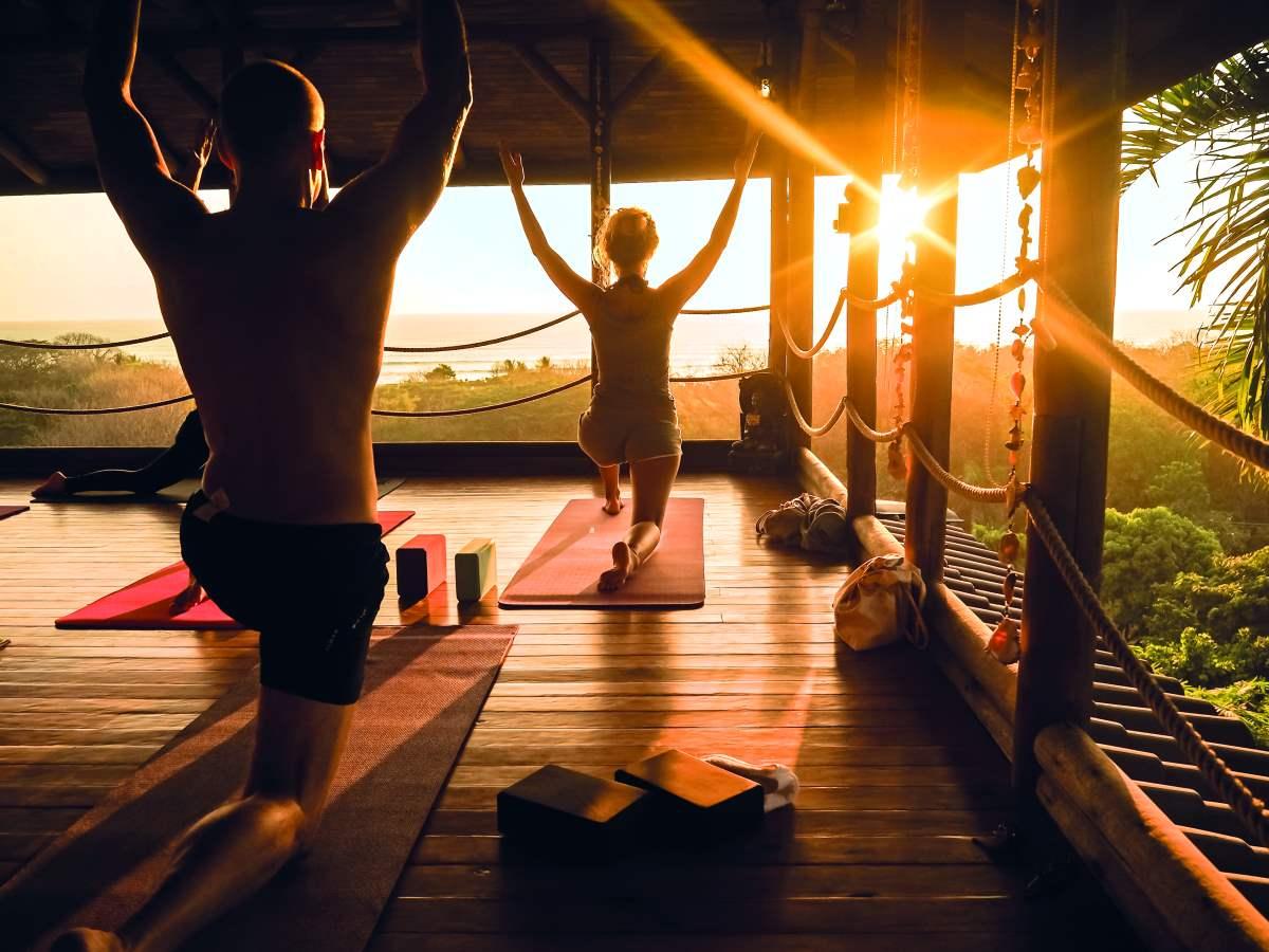 Yoga σε open studio κατά το ηλιοβασίλεμα Κόστα Ρίκα