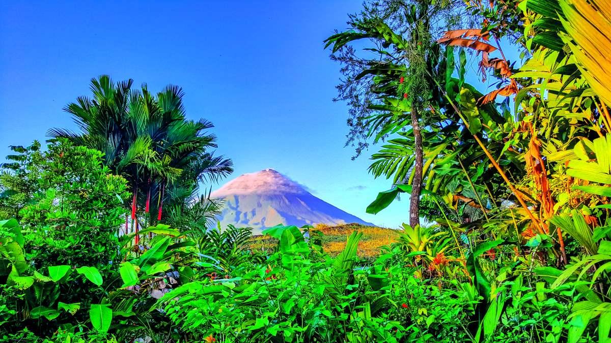 Η θέα ηφαιστείου μέσα από την πυκνή βλάστηση τροπικού δάσους της Κόστα Ρίκα