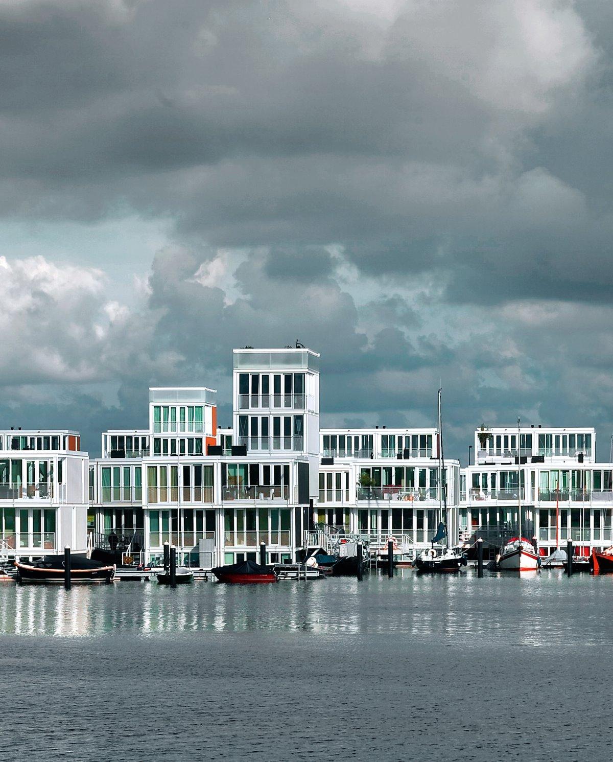 πλωτή γειτονιά Άμστερνταμ με σπίτια που επιπλέουν στο νερό