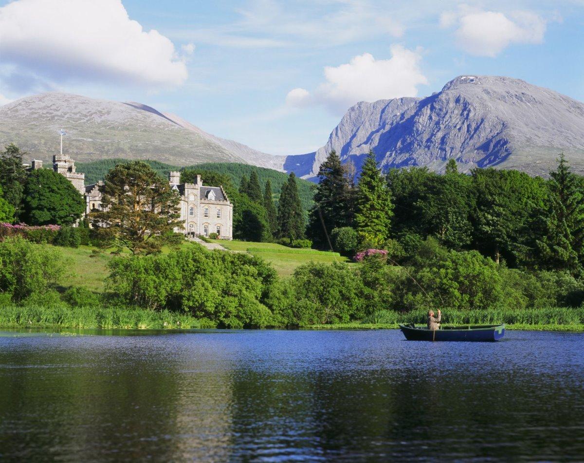 Η λίμνη μπροστά από το Inverlochy Castle