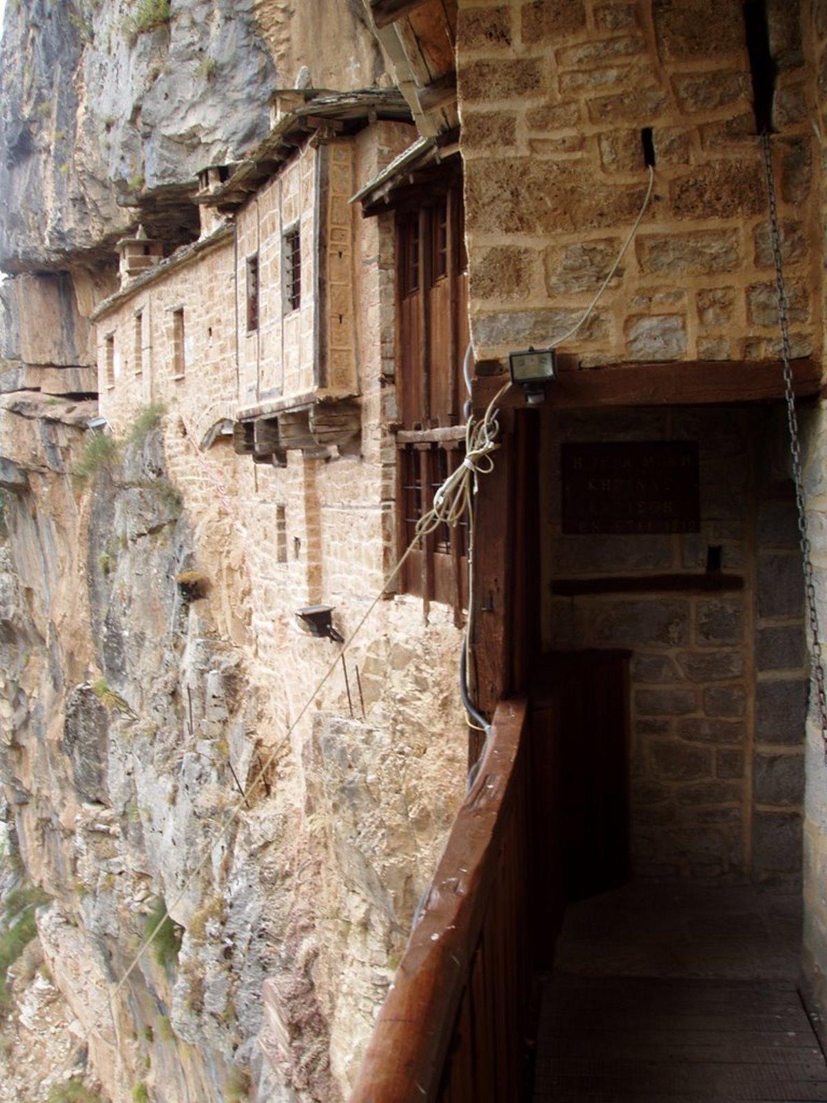 μοναστήρι βράχων στα Τζουμέρκα