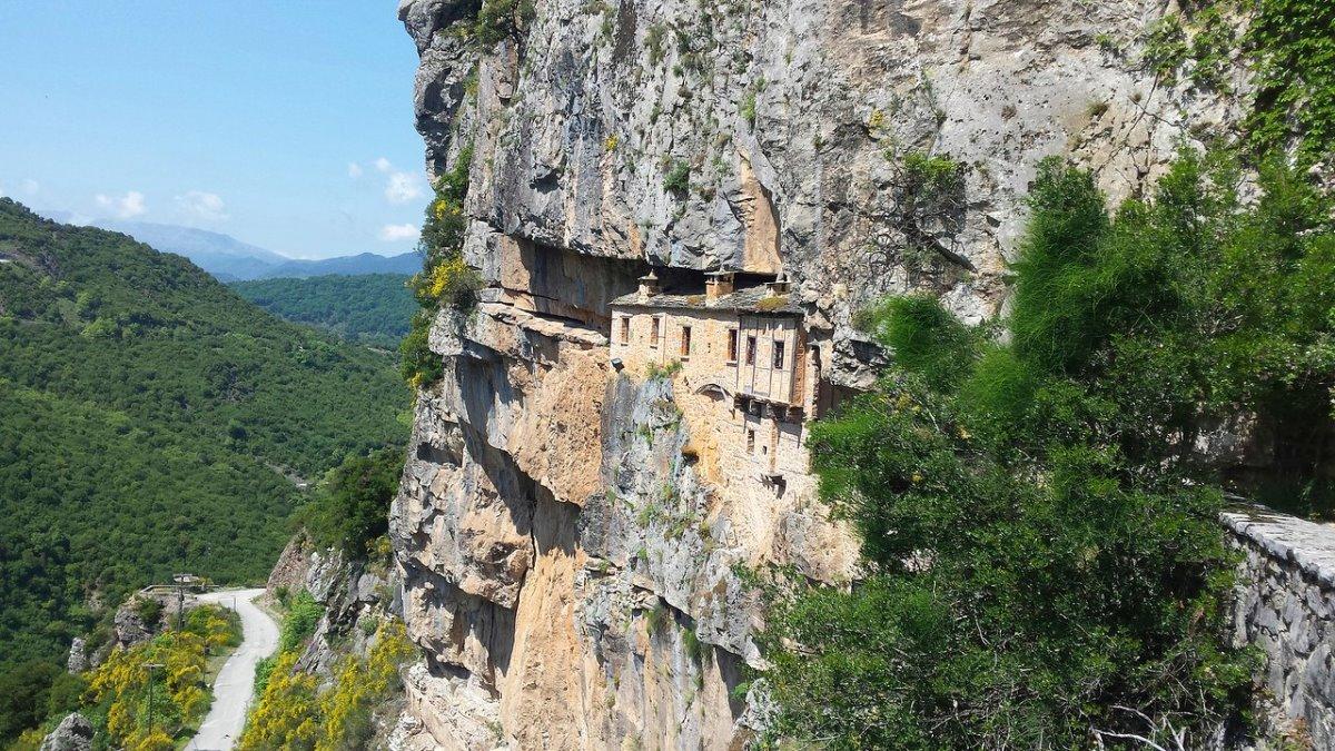 μοναστήρι στα βράχια στα Τζουμέρκα