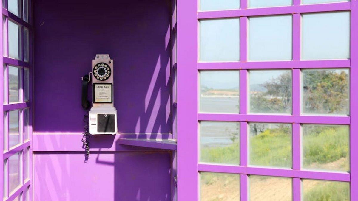 Τηλεφωνικός θάλαμος στο μοβ νησί Banwol