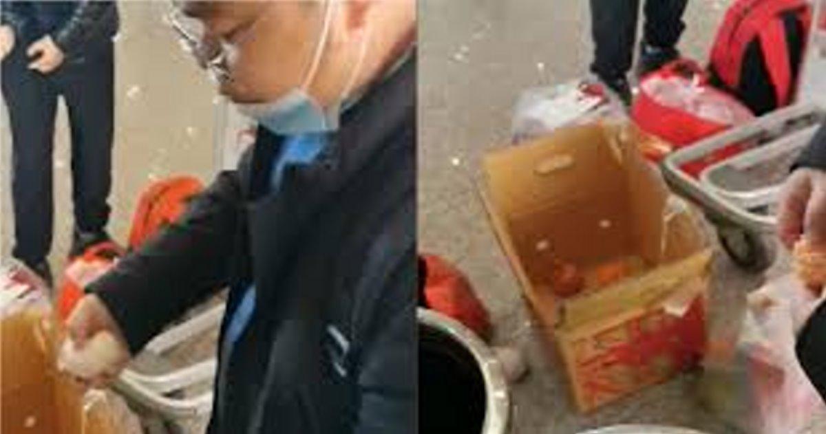 Κίνα ταξιδιώτες τρώνε πορτοκάλια στο αεροδρόμιο