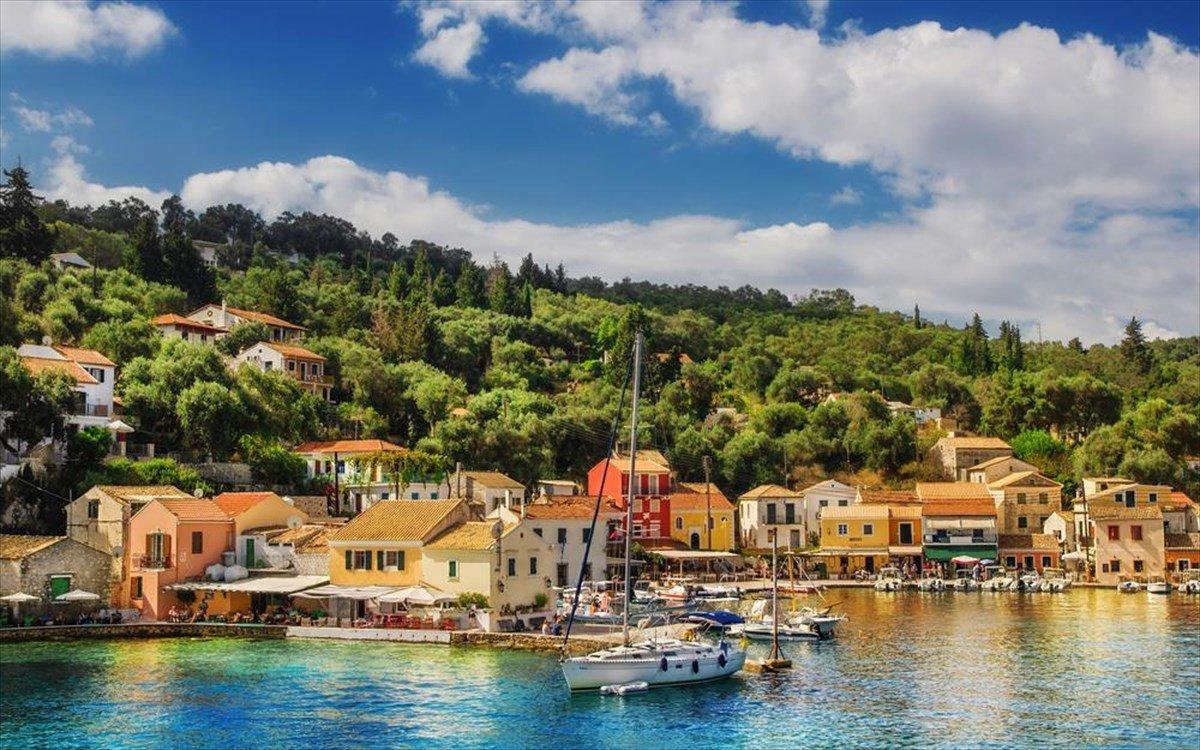 Παξοί νησί πράσινο και μπλε θάλασσας