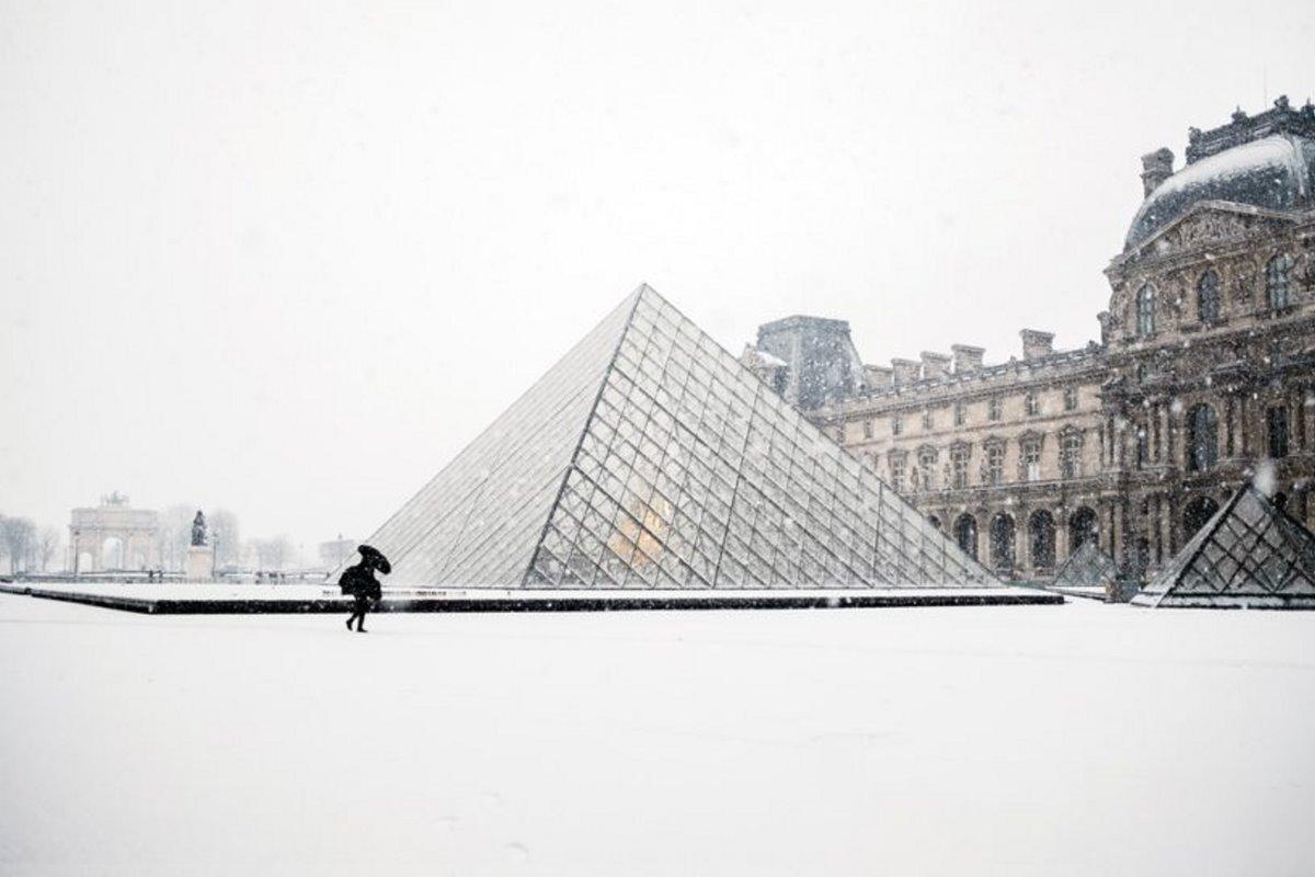 Louvre Pyramid με χιόνια