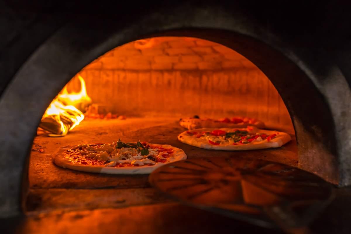 Ναπολιτάνικη πίτσα σε ξυλόφουρνο