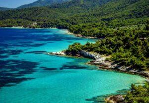 Τα 5 πιο πράσινα νησιά της Ελλάδας – Τα πεύκα φτάνουν μέχρι τη θάλασσα!