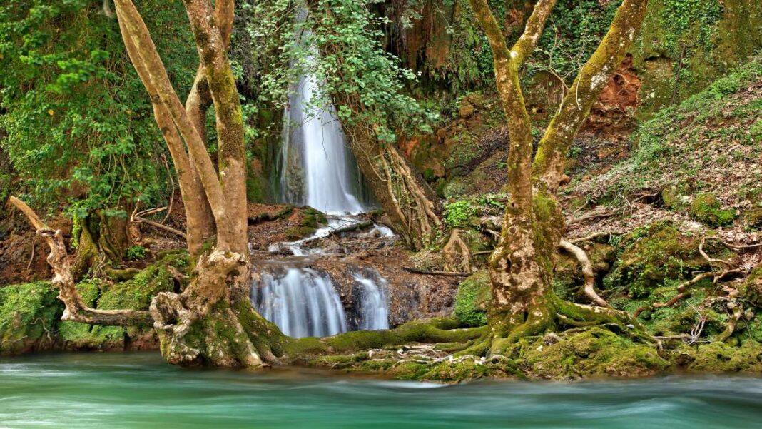 οι καταρράκτες που θυμίζουν τροπικό δάσος