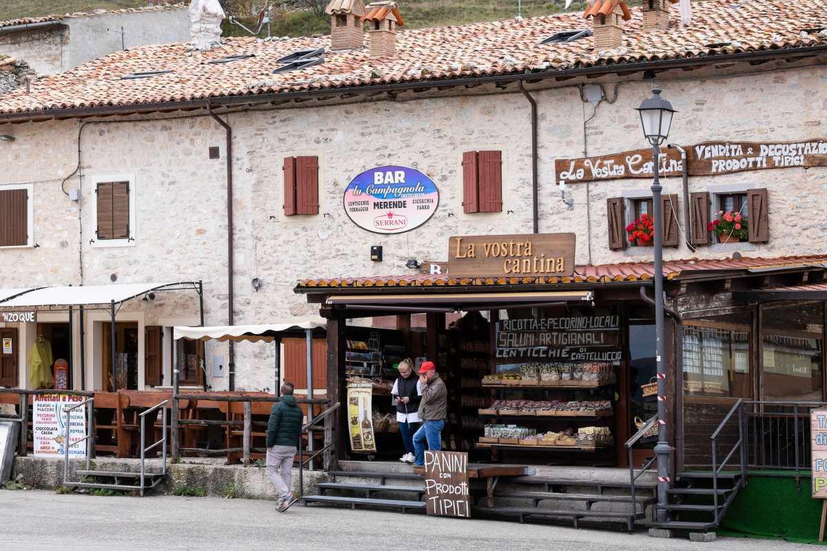 Castelluccio, bar στο χωριό