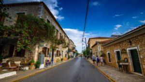 Daily Mail: Η Καρδαμύλη είναι ο προορισμός του καλοκαιριού – Μεσαιωνικά χωριά & τιρκουάζ νερά!