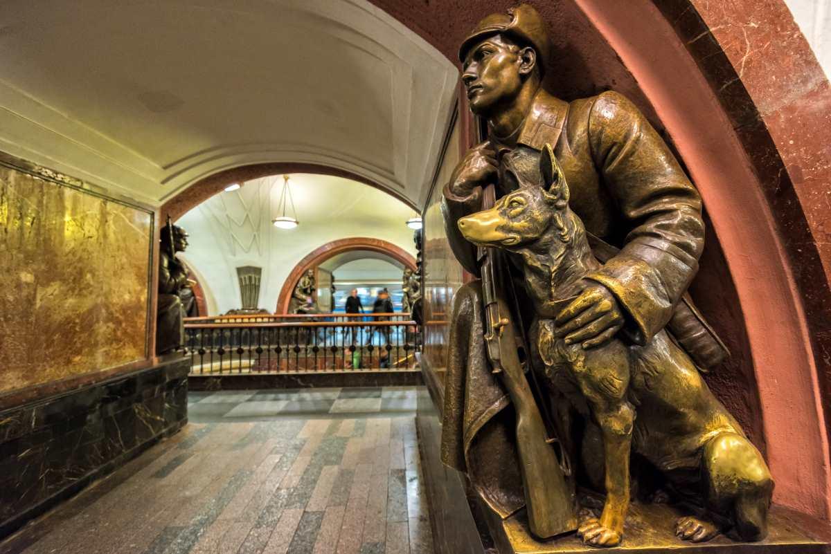 Revolyutsii subway station, Μόσχα