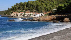 Κυπαρίσσι: Το γραφικό ψαροχώρι της Λακωνίας που θυμίζει νησί!