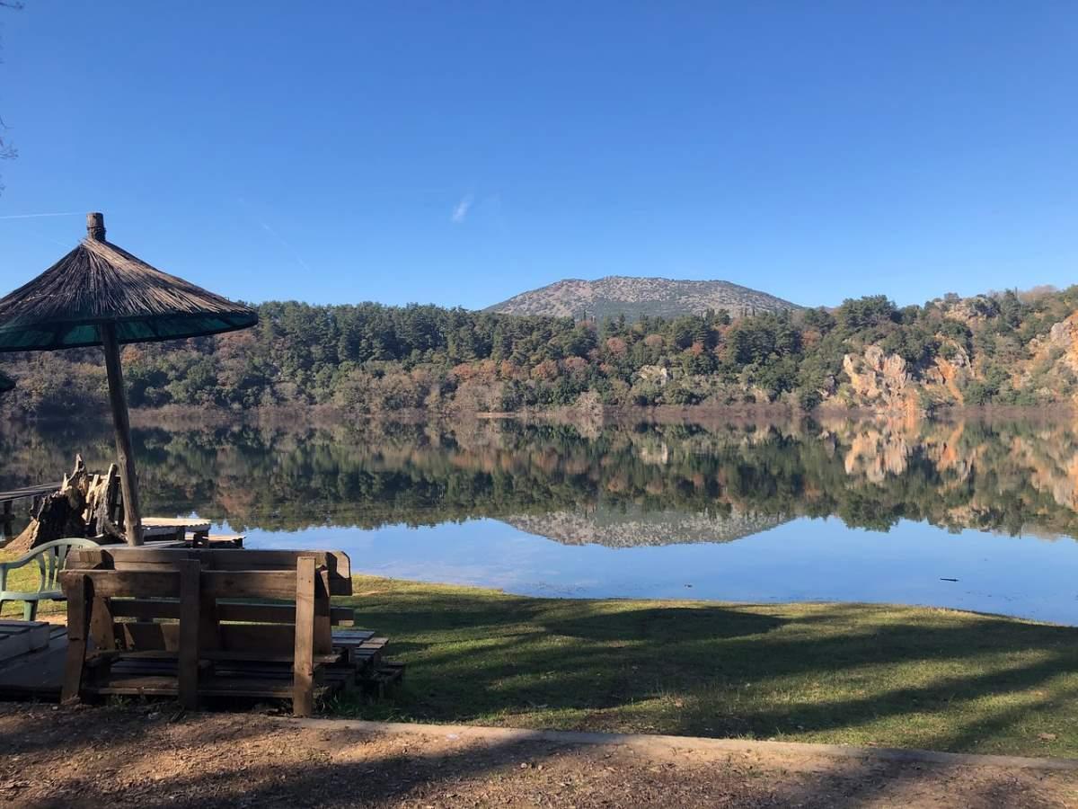 """Ήπειρος: Η """"μυστική"""" Λίμνη Ζηρού με την ξεχωριστή ομορφιά και το εξωτικό τοπίο! Μέσα στο πράσινο...(βίντεο)"""