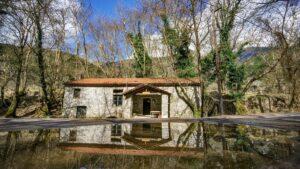 Πελοπόννησος: Ταξιδεύουμε στο πιο όμορφο χωριό που δεσπόζει μέσα σε ένα εκπληκτικό πλατανόδασος!