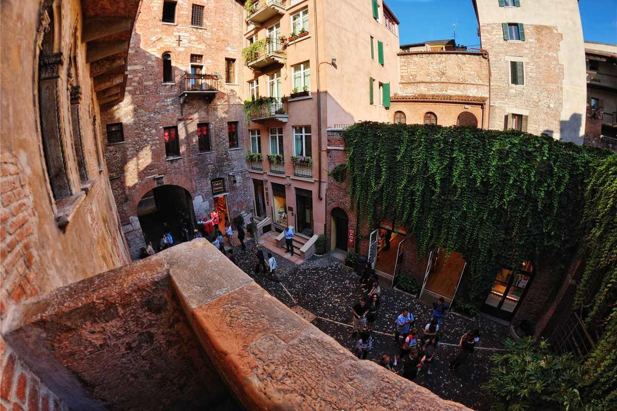 Από το μπαλκόνι, στο Σπίτι της Ιουλιέτας, Βερόνα