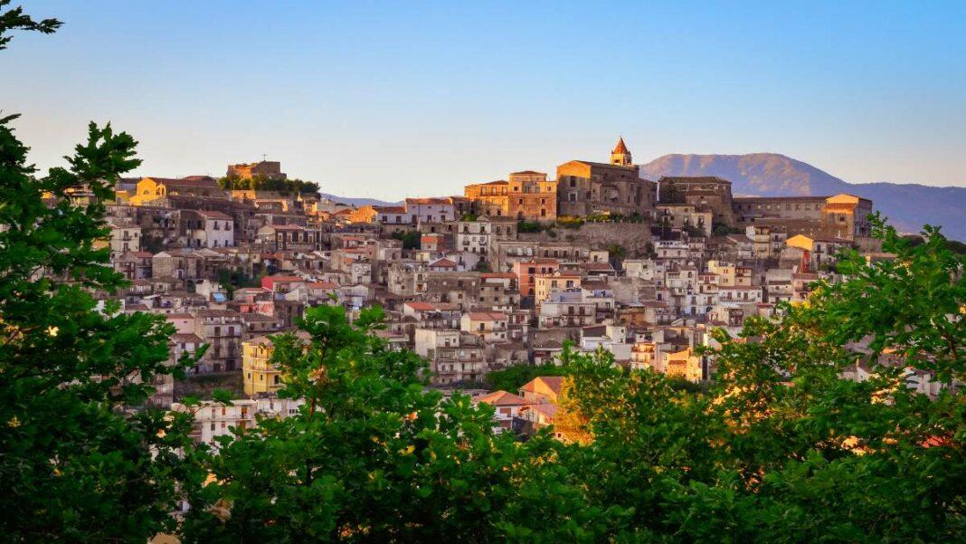Castiglione di Sicilia , το χωριό της Σικελίας που πουλιούνται σπίτια με 1 ευρώ