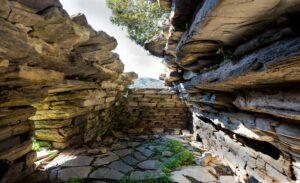 Νότια Εύβοια: Ο «θρύλος» πίσω από τα μυθικά Δρακόσπιτα