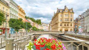 Κάρλοβι Βάρι: Η πολύχρωμη λουτρόπολη της Τσεχίας μάς αποκαλύπτεται- Βγαλμένη από παραμύθι!