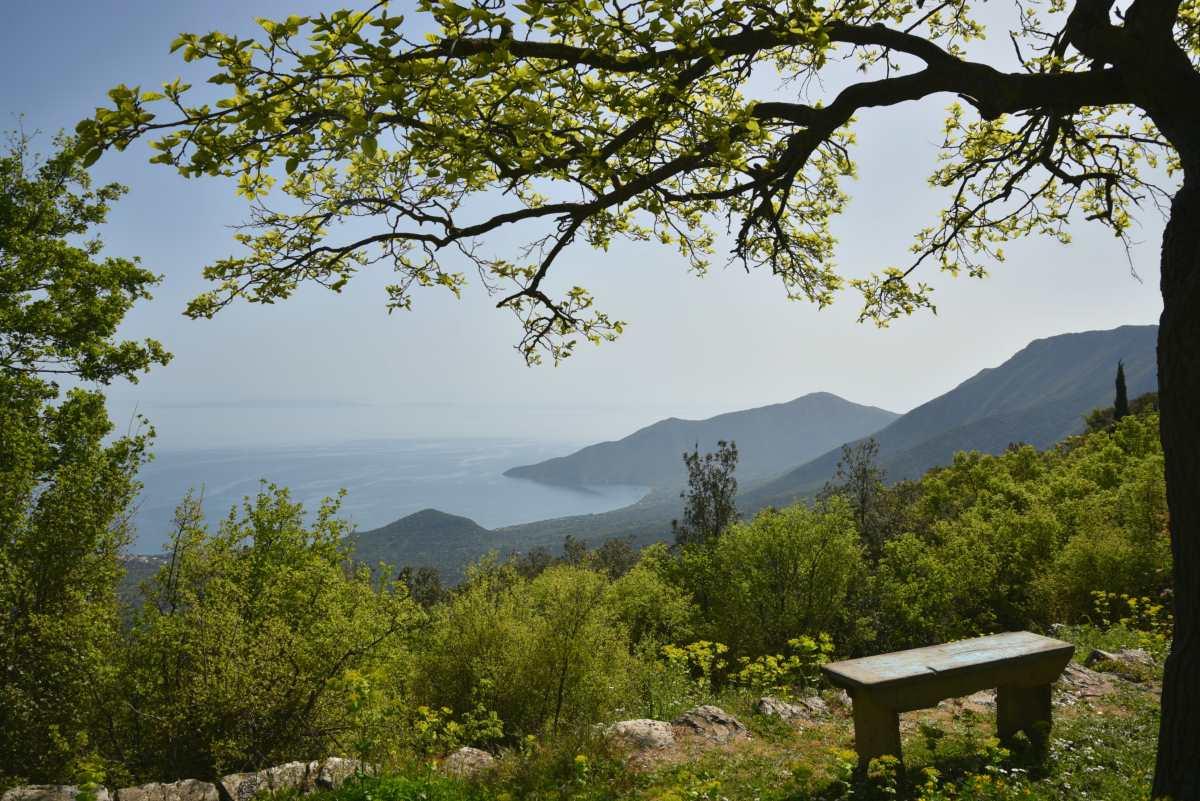 Η θέα στον Πάρνωνα αλλά και στον Αργολικό κόλπο από το Λεωνίδιο