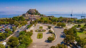 Η μεγαλύτερη πλατεία των Βαλκανίων βρίσκεται σε ένα από τα πιο όμορφα ελληνικά νησιά!