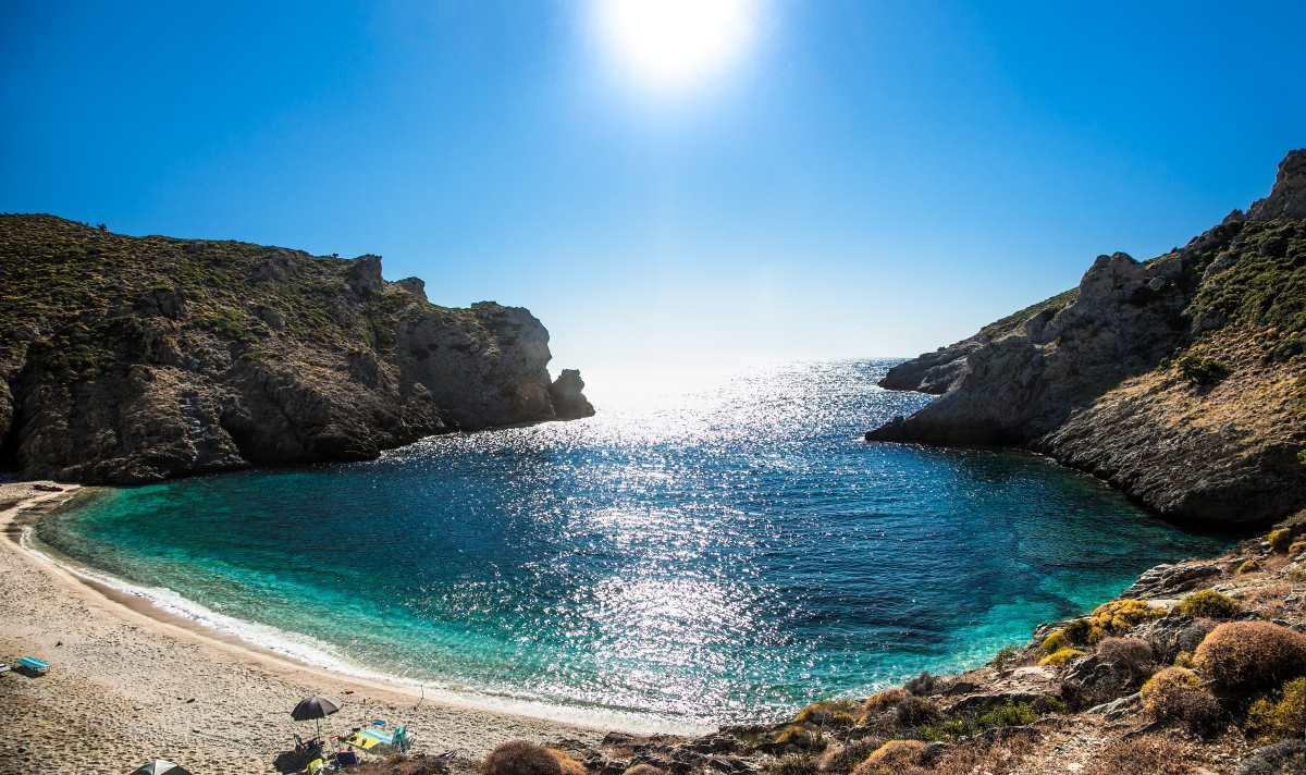 Η όμορφη παραλία των Τσακαίων, περίπου 20 λεπτά από τα Στύρα