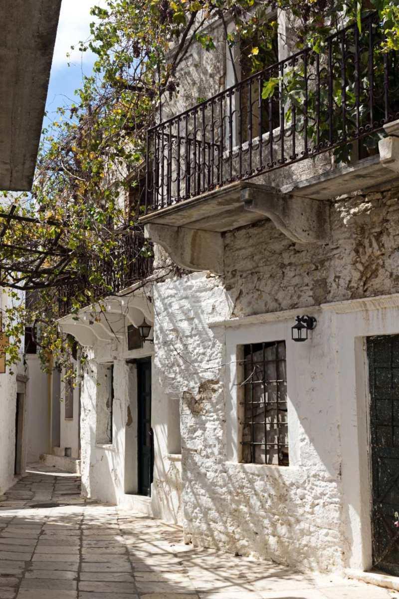 Απείρανθος Νάξου, σοκάκι με πέτρινα σπίτια