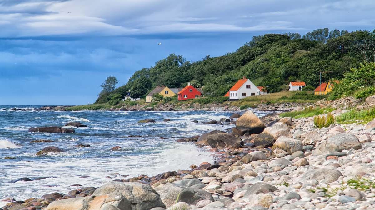 Bornholm Δανία- πολύχρωμα σπίτι στην ακτή