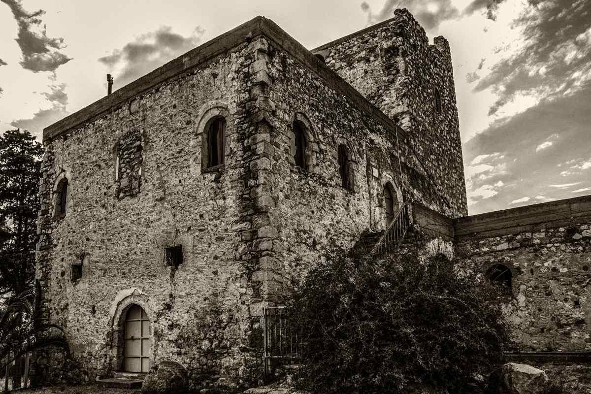 Μεσαιωνικός πύργος στις Ροβιές