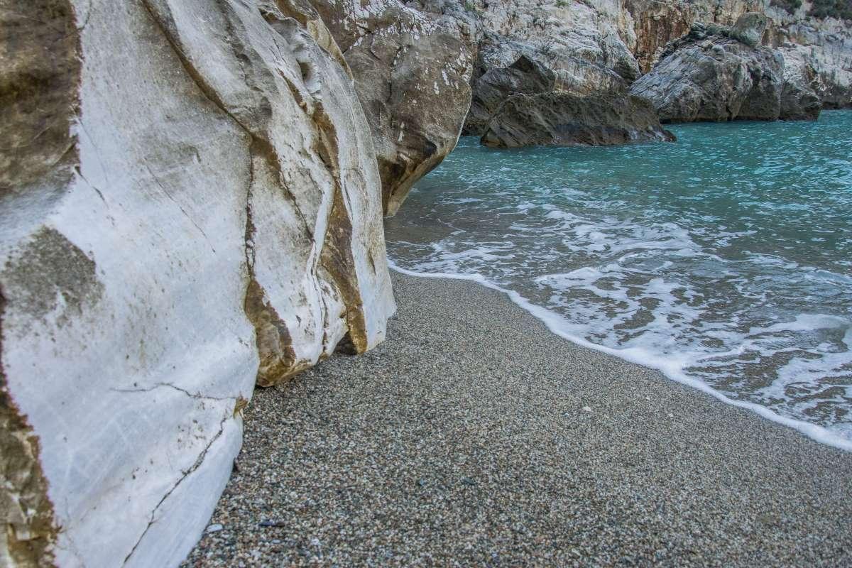 """Η """"κρυφή"""" παραλία Φακίστρα στο Πήλιο"""