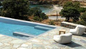 Iris Villa: Μια πετρόχτιστη πολυτελής κατοικία που ξεπροβάλλει στο βαθύ μπλε του Αιγαίου στην αφοπλιστικά όμορφη Κέα!
