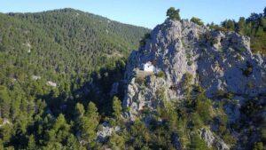 Το απομονωμένο «αγιορείτικο» εκκλησάκι της Αττικής που έχει χτιστεί σε γκρεμό της Πάρνηθας!