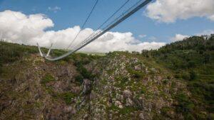 Η μεγαλύτερη κρεμαστή πεζογέφυρα του κόσμου μόλις άνοιξε και βρίσκεται στην Πορτογαλία!