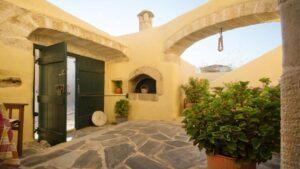 Tαξιδεύουμε στα Κύθηρα και βρίσκουμε 3 υπέροχα ξενοδοχεία με άριστη βαθμολογία και τιμή μέχρι €52!