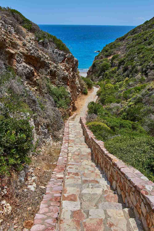 Καλαδί, Το μονοπάτι με τα σκαλιά που οδηγεί στην ονειρεμένη παραλία!
