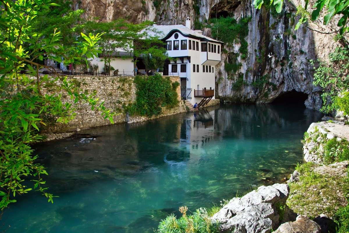 Μόσταρ, Βοσνία και Ερζεγοβίνη -σπίτι στον ποταμό
